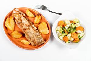 Фотография Мясные продукты Картофель Салаты Овощи Белом фоне Тарелка