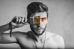 Фотография Мужчина Оригинальные Сером фоне Рука Смотрит Кисть