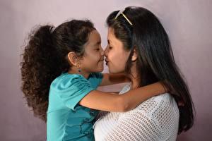 Фотографии Мать 2 Целует Девочки Брюнетка Очки Дети Девушки