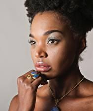 Фотография Ожерельем Негр Лица Смотрят Рука Кольцо молодые женщины