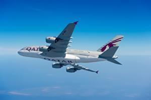 Картинка Пассажирские Самолеты Эйрбас Сбоку Летящий Qatar Airways, A380-800 Авиация