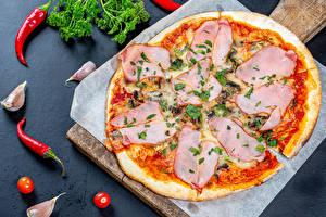 Фотографии Пицца Острый перец чили Чеснок Ветчина Разделочная доска Еда