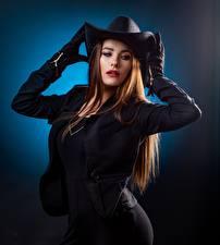 Фотография Позирует Куртке Перчатках Шляпы Волос Шатенки девушка