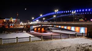 Обои для рабочего стола Россия Зимние Речка Мост Здания Ночные Уличные фонари Электрическая гирлянда Omsk Bridge Jubilee город