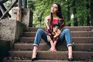 Фотографии Лестница Сидя Джинсов Шатенка Взгляд Позирует Ноги Красивые Блузка Девушки
