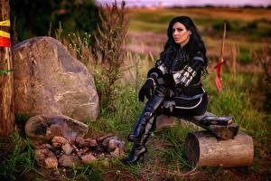 Фотография Ведьмак 3: Дикая Охота Косплей Сидящие Сапогов Брюнетки Yennefer девушка