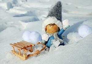 Картинка Зима Игрушки Снегу Сани Девочка Шапки