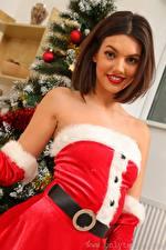 Фотография Abigail B Рождество Шатенки Смотрит Улыбается Униформе девушка