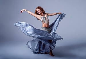 Фотография Танцует Рука Юбки Шатенки Alba Morales девушка