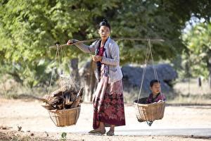 Картинки Азиаты Женщины Корзинка Младенцы Работает ребёнок