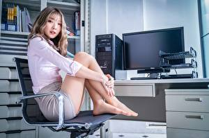 Фото Азиатки Кресло Сидящие Позирует Ног Офис Секретарша Шатенки Смотрит девушка