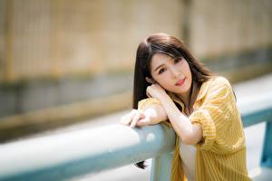 Обои Азиатки Боке Шатенки Смотрит Миленькие девушка