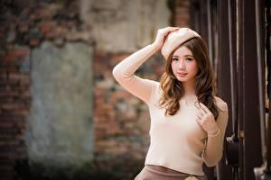 Картинки Азиатка Боке Поза Руки Шатенки Смотрит Милый Причёска Красивый девушка