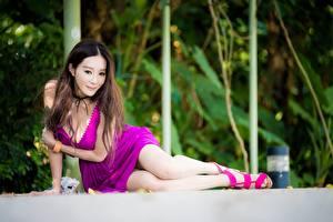 Фотографии Азиаты Боке Сидит Ног Платья Вырез на платье Шатенки Поза девушка