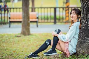 Фотографии Азиатка Боке Сидя Ноги Гольфах Девушки