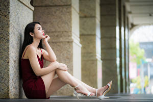 Фотография Азиатка Боке Сидя Позирует Ног Руки Платья Брюнеток Миленькие молодая женщина