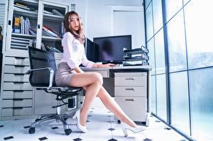 Фото Азиатки Офис Секретарша Кресло Позирует Ног Красивая Туфель Юбки Шатенки Смотрит Девушка Девушки