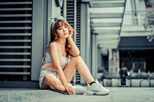 Фото Азиатки Позирует Сидящие Кроссовках Шорт Ног Шатенки Боке девушка