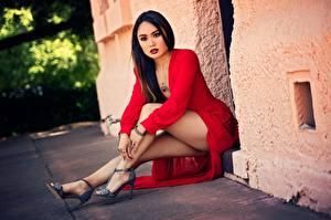 Фотографии Азиатки Сидящие Ног Платья Красная Брюнетки Позирует Красивая девушка