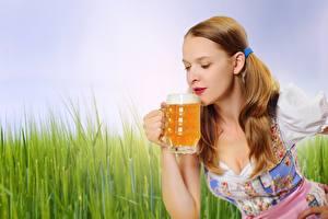 Картинка Пиво Шатенки Кружки Рука Официантки девушка