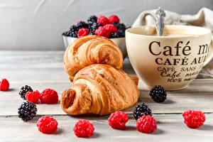 Фотография Ягоды Малина Ежевика Круассан Кофе Чашке Продукты питания