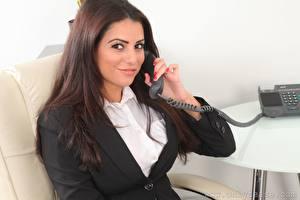 Картинки Charlotte Springer Секретарша Шатенки Смотрит Рука Телефона