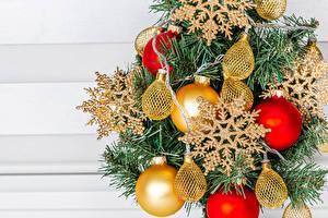 Картинки Рождество Ветвь Шар Снежинка Электрическая гирлянда