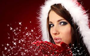Картинка Новый год Шатенка Снег Лица Смотрит девушка