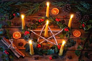 Фотография Новый год Свечи Корица Ягоды Бадьян звезда аниса Апельсин Доски Ветвь Шишка
