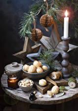 Фотографии Рождество Свечи Выпечка Орехи Натюрморт Шар Продукты питания