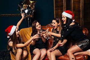 Картинки Новый год Шампанское Сидящие Счастье В шапке Бокал Рука Девушки