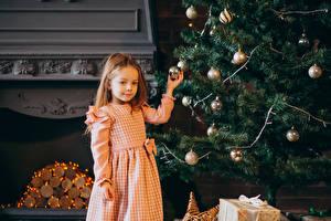 Обои Новый год Новогодняя ёлка Шар Девочки Дети