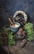 Фотография Новый год Кофе Капучино Корица Доски Ветки Шишки Кружки Еда