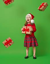 Фотографии Рождество Цветной фон Девочка Шапка Подарок Кричит