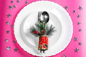 Обои Рождество Цветной фон Тарелке Ложки Ветвь Звездочки Шишка Пища
