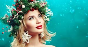 Фотография Рождество Креативные Блондинка Смотрят Ветка Шарики Красными губами Косметика на лице Модель Лица девушка