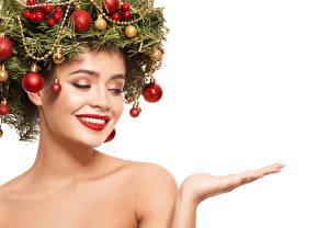 Фотографии Новый год Креатив Белым фоном Лица Красными губами Ветки Шарики Рука Шаблон поздравительной открытки молодые женщины