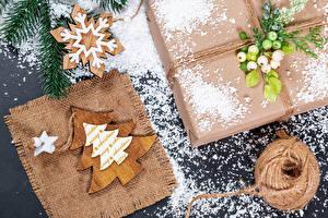 Картинки Рождество Подарок Снежинка Снега Новогодняя ёлка Из дерева