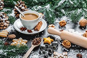 Фотографии Рождество Какао напиток Корица Орехи Печенье Бадьян звезда аниса Ветвь Чашка Шишка Продукты питания