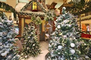 Фотографии Новый год Интерьер Новогодняя ёлка Шарики Снегу Электрическая гирлянда