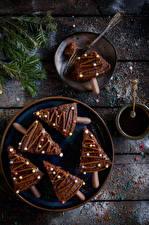 Картинка Рождество Пирожное Шоколад Доски Тарелке Ветвь Елка Еда