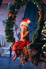 Картинки Рождество Девочка Сидя Ветки Шапки