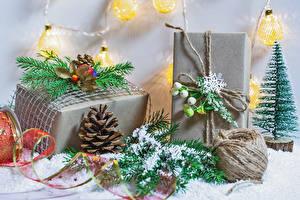 Картинка Рождество Снега Ветвь Подарок Шишка Снежинка Электрическая гирлянда