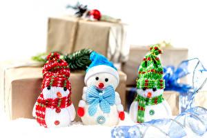 Обои Новый год Снеговика Трое 3 Шапка Шарфом Подарков