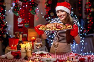 Картинки Новый год Накрытия стола Свечи Курица запеченная Шатенки Улыбка Смотрит Шапка девушка