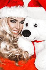 Фотографии Новый год Мишки Белым фоном Блондинки В шапке Взгляд Девушки