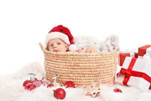 Картинки Рождество Корзина Грудной ребёнок Смотрит Подарок Шапка Шар ребёнок