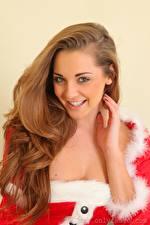 Фото Daisy Watts Рождество Шатенка Взгляд Улыбается Рука Волос молодая женщина