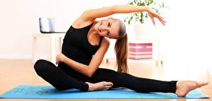 Обои Фитнес Гимнастика Шатенка Сидящие Улыбка Руки Ног молодые женщины