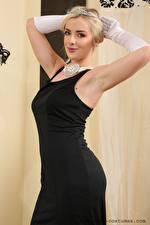 Фотография Grace Fae Блондинки Смотрит Рука Перчатках Позирует Платья девушка